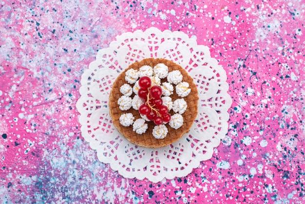 色付きの背景のクランベリーと上面ビューケーキビスケット砂糖甘い焼く