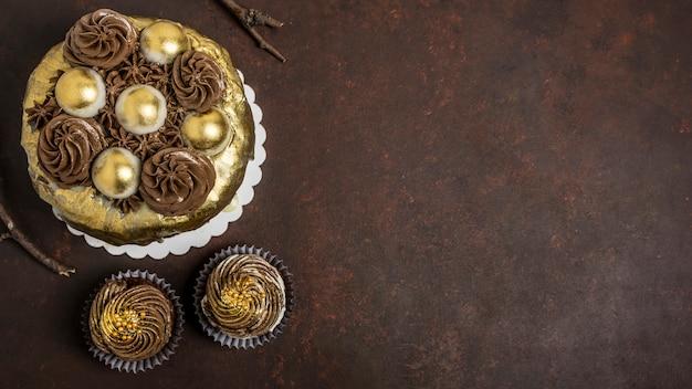 Vista dall'alto della torta con cupcakes e copia spazio