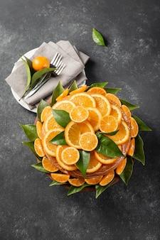 Vista dall'alto della torta con fette d'arancia