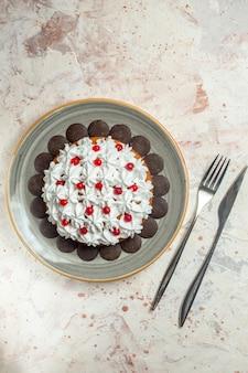 Torta vista dall'alto con crema pasticcera e forchetta al cioccolato e coltello da cena