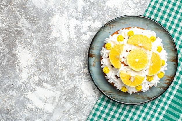 Вид сверху торт с кремом из белого теста и дольками лимона o