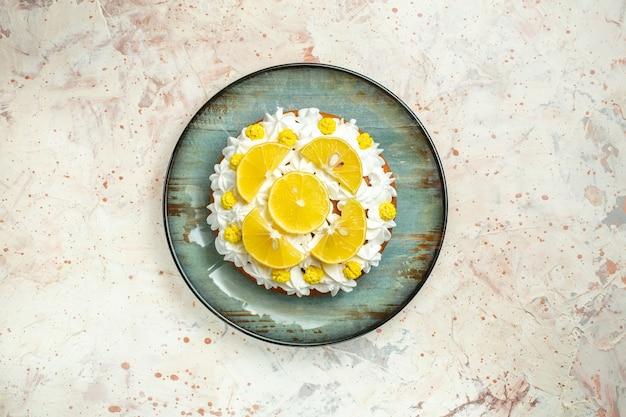 Torta vista dall'alto con crema pasticcera bianca e fette di limone lemon