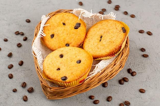 Вид сверху пирожные вкусные вкусные внутри корзины на сером