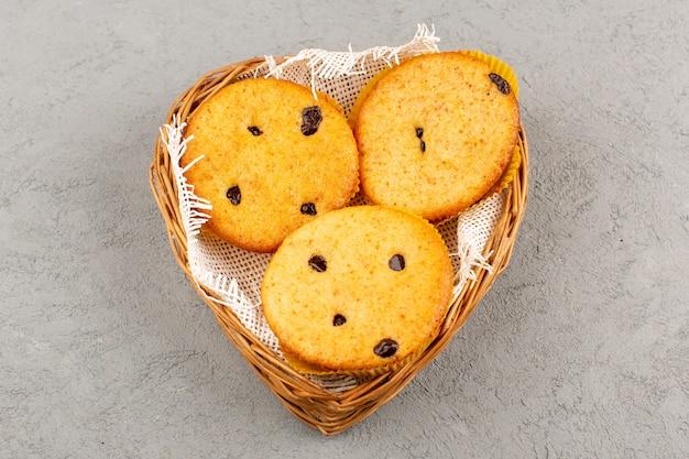 Вид сверху торты вкуснятина вкусная сладкая круглая внутри корзинка на сером