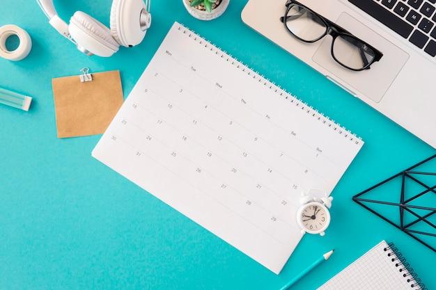 Современная концепция календаря вид сверху