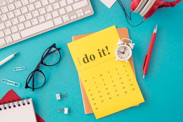 Органайзер-календарь с видом сверху и очки для чтения
