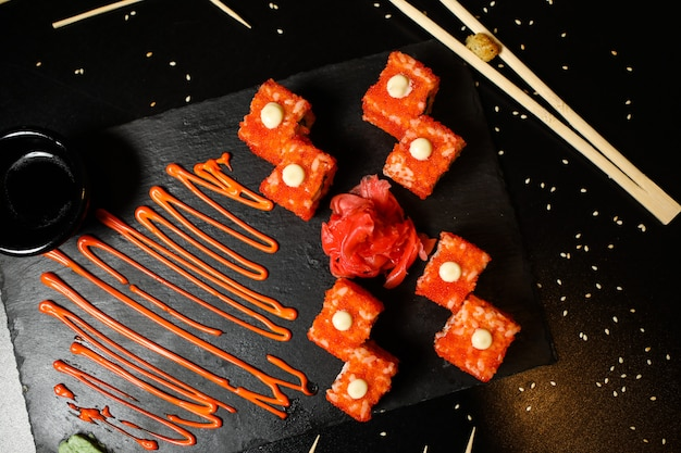 トップビューカリフォルニアロール醤油生姜と醤油を箸でスタンドに