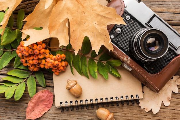 Камера вид сверху с блокнотом и листьями