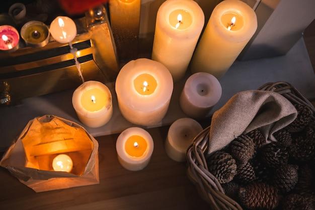 Vista dall'alto di candele e pigne