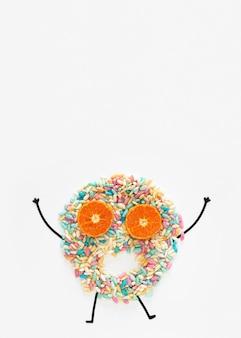 Вид сверху конфеты и дольки апельсина