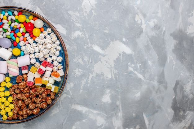 上面図キャンディー組成物白い机の上にマシュマロと異なる色のキャンディー砂糖キャンディーボンボン甘いコンフィチュール