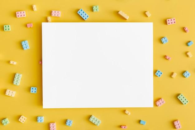 Vista dall'alto di forme di caramelle come blocco di costruzione con spazio di copia