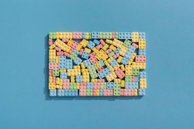 Vista dall'alto di forme di caramelle come blocchi di costruzione