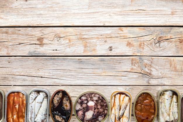 Vista dall'alto di lattine di frutti di mare con copia spazio