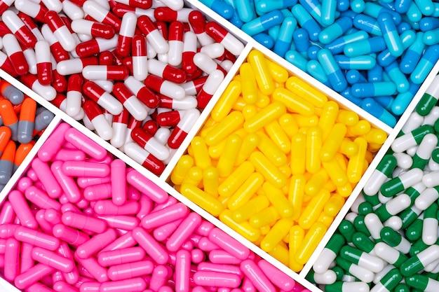 プラスチックの箱の上面図カプセル錠剤