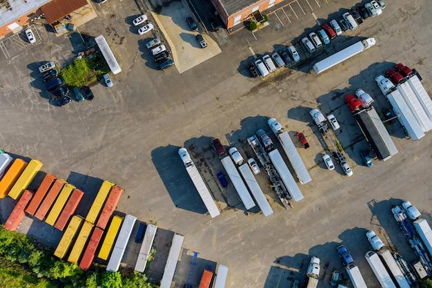 고속도로 트럭의 휴게소에 있는 탑 뷰 주차장 트럭이 일렬로 서 있습니다.