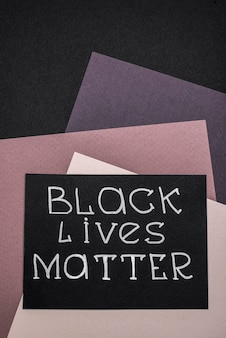 Vista dall'alto della carta con materia di vita nera su carta multicolore