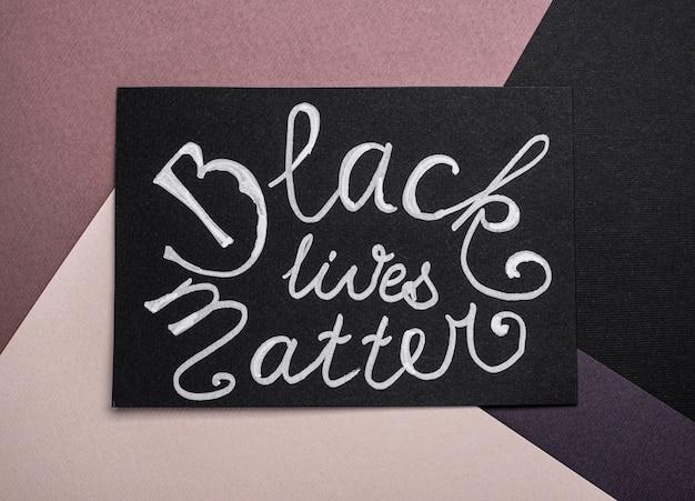 Vista dall'alto della carta con lo slogan della materia delle vite nere