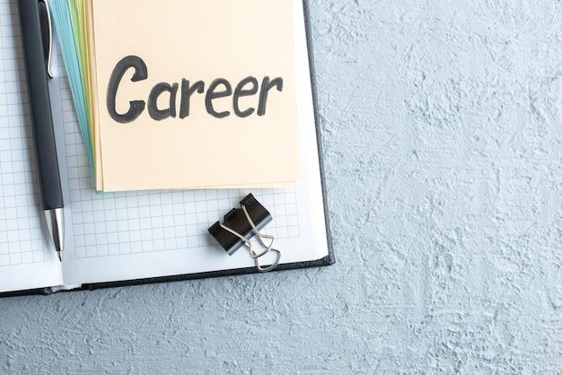 Vista dall'alto carriera nota scritta con penna e blocco note su sfondo bianco lavoro scuola quaderno stipendio college ufficio colore