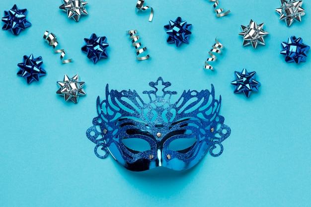 Vista dall'alto della maschera di carnevale con fiocchi