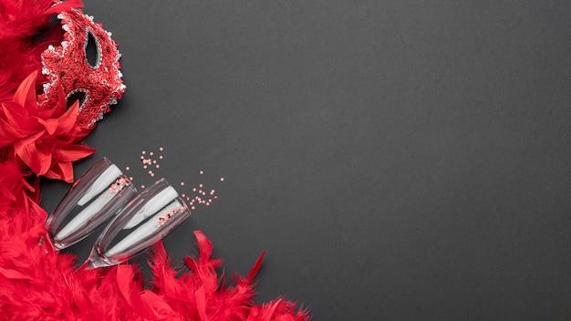 Vista dall'alto di maschere di carnevale con bicchieri di champagne e copia spazio