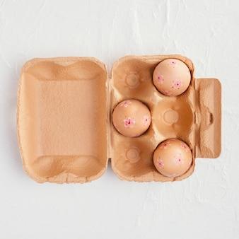 Vista dall'alto del cartone con le uova di pasqua e lo spazio della copia