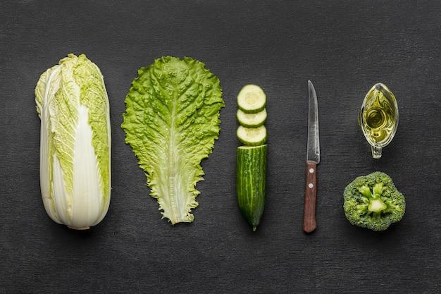 Vista dall'alto di sedano con broccoli e cetrioli