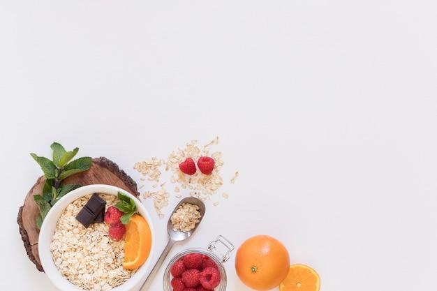 Вид сверху зерновых и фруктов