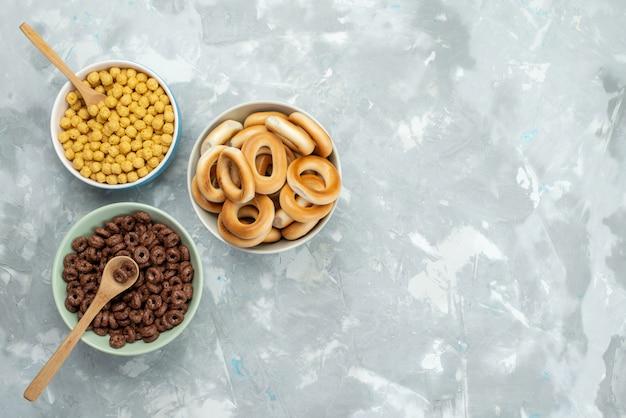 トップビューシリアルと青、クラッカークリスプシリアル朝食のプレート内のクラッカー
