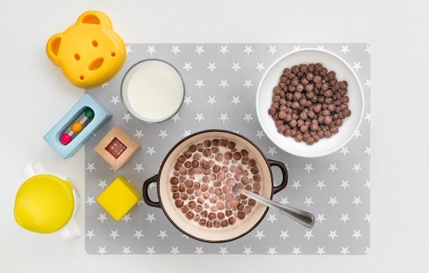 Vista dall'alto cereali con latte per bambino sul tavolo
