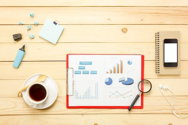 상위 뷰 전세 시트, 펜, 커피, 스마트 폰, 돋보기, 노트북, 사무실 책상 배경에 이어폰.