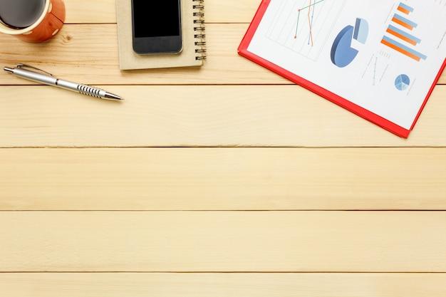 상위 뷰 전세 시트, 펜, 커피, 스마트 폰 노트북, 사무실 책상 배경에 선인장.