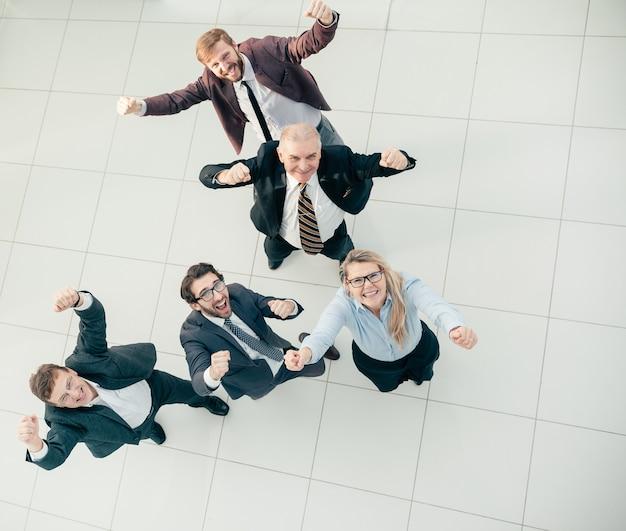 평면도. 사무실에 서있는 직원의 응원 그룹