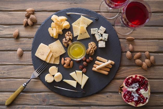 トップビューチーズプレートダークスレートまな板にさまざまな種類のチーズの品揃え