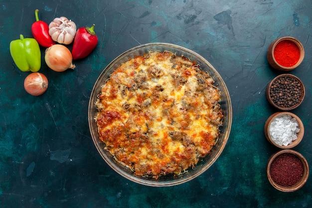 Vista dall'alto farina di carne di formaggio con verdure fresche e condimenti sulla cena di verdure piatto pasto di carne di cibo da scrivania blu scuro