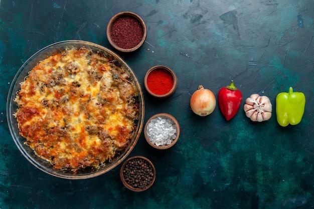 Vista dall'alto farina di carne di formaggio con verdure fresche e condimenti sulla cena di verdure pasto a base di carne cibo da scrivania blu scuro