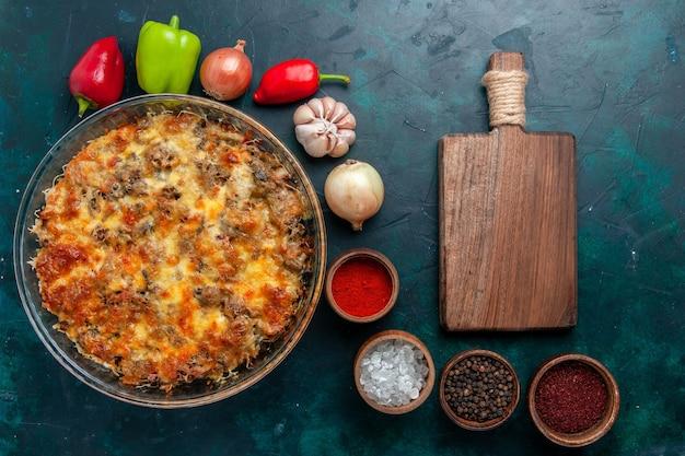Vista dall'alto farina di carne di formaggio con verdure fresche e condimenti sul pavimento blu scuro cibo pasto a base di carne piatto cena vegetale