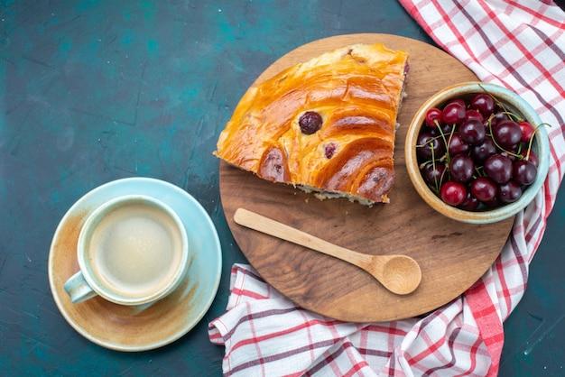 Vista dall'alto della fetta di torta di ciliegie con amarene fresche e latte sulla scrivania scura, torta di frutta cuocere tè dolce