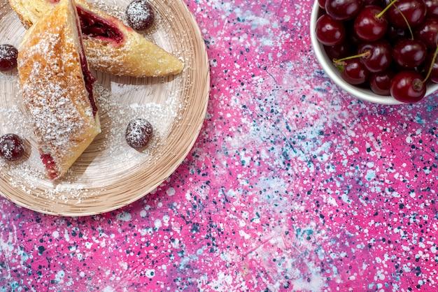 Вид сверху вишневое тесто вкусное и сладкое, нарезанное свежей вишней внутри тарелки на цветном фоне, торт, печенье, сахар, сладкая выпечка