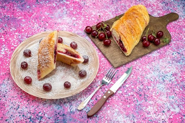 トップビューチェリーペストリーおいしい、甘い色付きの背景のプレート内の新鮮なサワーチェリーでスライスケーキビスケット砂糖甘い焼く