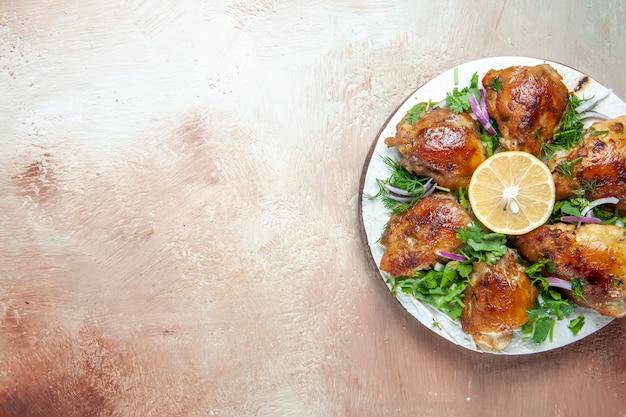 Vista dall'alto del pollo gli appetitosi pezzi di pollo al limone erbe su lavash sulla lavagna