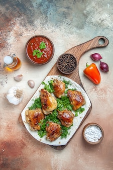 Vista dall'alto di pollo pollo con erbe aromatiche su salsa lavash pepe nero cipolla olio aglio