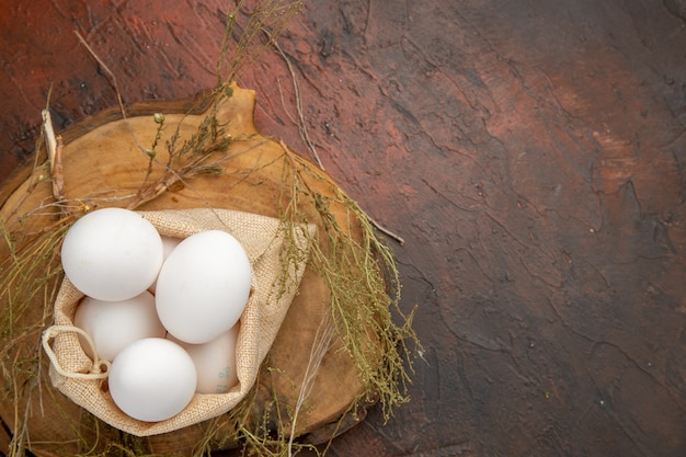 Vista dall'alto uova di gallina all'interno della borsa