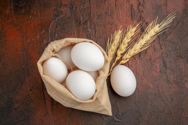 Uova di gallina vista dall'alto all'interno di una piccola borsa