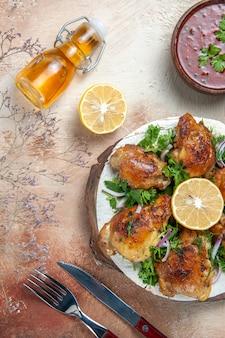 Vista dall'alto di pollo aglio bottiglia di olio salsa di limone pollo con erbe su lavash coltello a forchetta