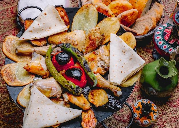Вид сверху куриный шалфей с картофелем, овощами и лавашом