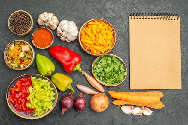 Вид сверху куриный салат с овощами и зеленью на темном столе, диета, спелое здоровье