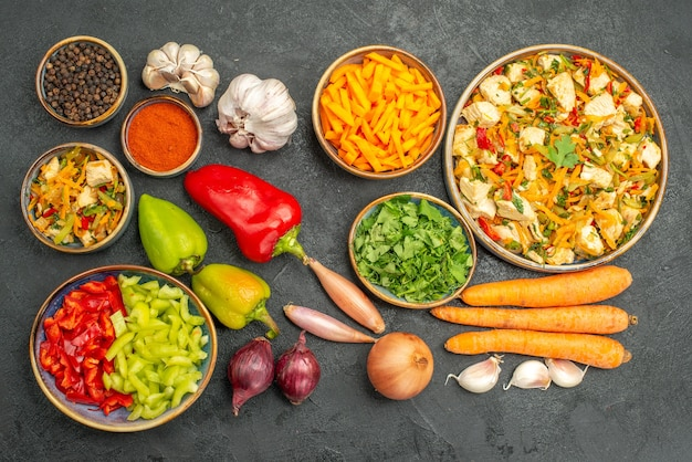 어두운 테이블 다이어트 익은 건강에 야채와 채소와 상위 뷰 치킨 샐러드