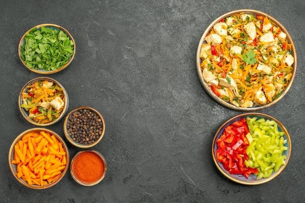 Insalata di pollo vista dall'alto con verdure su insalata di salute dieta tavolo scuro