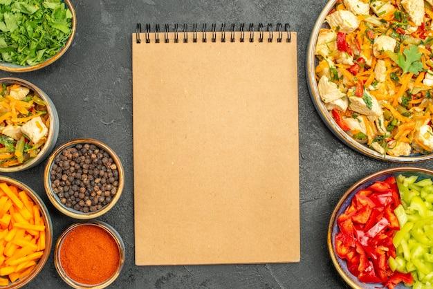 어두운 회색 테이블 다이어트 건강 샐러드에 야채와 함께 상위 뷰 치킨 샐러드